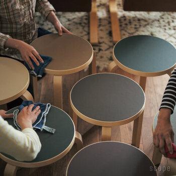 ニットクロスは、家具を拭くのにもぴったり。皮や布張りのソファなどもクロスを水でぬらして拭くだけできれいになります。