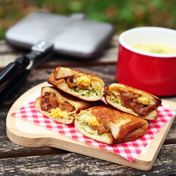 トーストに卵とサラダ、という普通の朝食も、ホットサンドにすればなんだかワクワクする特別なメニューに。こちらは鶏の照り焼き缶詰に味付けゆで卵、千切りキャベツと、コンビニで売っている食材だけでできる簡単さも魅力。