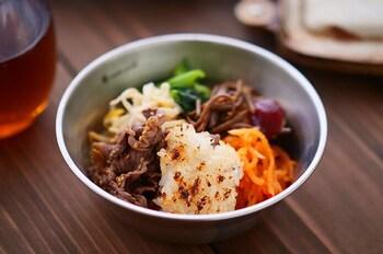 ホットサンドメーカーでお肉を炒め、ごはんを焼くところまで全部できちゃう石焼ビビンパ風。外はカリッとたれを焦がして、中はふんわりの食感が簡単に作れます。