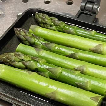 付け合わせだってホットサンドメーカーで作っちゃいましょう。少量の水で野菜を蒸し茹ですれば時短でラクラク。おうちでも、ちょっともう一品、お弁当のおかずに…なんてときにも役立ちそう。