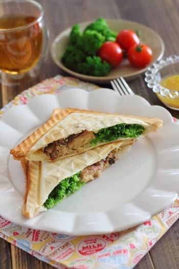 キャンプの朝食では、前日の夕食で残った食材をホットサンドに…なんて使い方もあるくらい、挟むものはなんでも自由です。こちらはサバ缶にブロッコリー、チーズと、手軽に揃う食材ですぐに作れます。