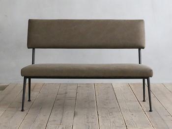 ダイニングにおすすめのベンチソファ。シャープなデザインなのでテーブルと合わせても圧迫感がなく使いやすいです。