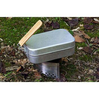 メスティンは取り外し可能な取っ手つきのアルミ製飯ごう。スウェーデン生まれの「トランギア」のものが特に人気です。この角形クッカーは、そのまま火にかけることができて、ほぼ火加減なしでごはんを炊き上げられることから、キャンパー人気に火がつきました。キャンプで使うだけでなく、四角く軽い形状をいかして、そのままランチボックスとして持ち歩く人もいるほどです。