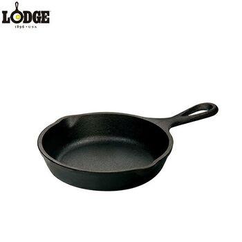 スキレットとは、厚手の鋳鉄製のフライパンを指します。鍋肌が厚いので蓄熱製が高く、食材にじっくりと火を通すことができます。直火にかけたり、オーブンに入れたりできるほか、IH対応のものもあるので、おうちでもいろいろなレシピに使えそうです。食卓にそのまま出してもいいので、洗い物の手間も軽減できますね。