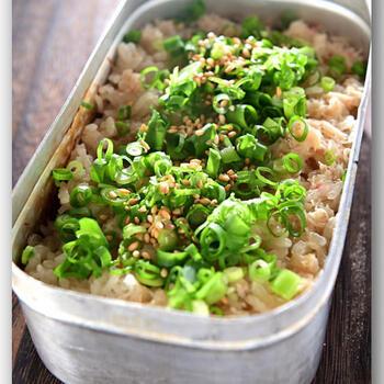 定番の使い方「炊飯」を応用したレシピ。研いだお米にかに缶を汁ごと入れて、醬油とみりん小さじ1ずつで味をつけ、水加減をするところまでが下準備。あとは蓋をして、重しを乗せて火にかけ、弱火で15〜20分ほど炊くだけ。火から下ろしたあとは、タオルなどでくるんで保温しながら10分程度蒸らせばできあがり!味付け・具材しだいでいろいろなアレンジができますよ。