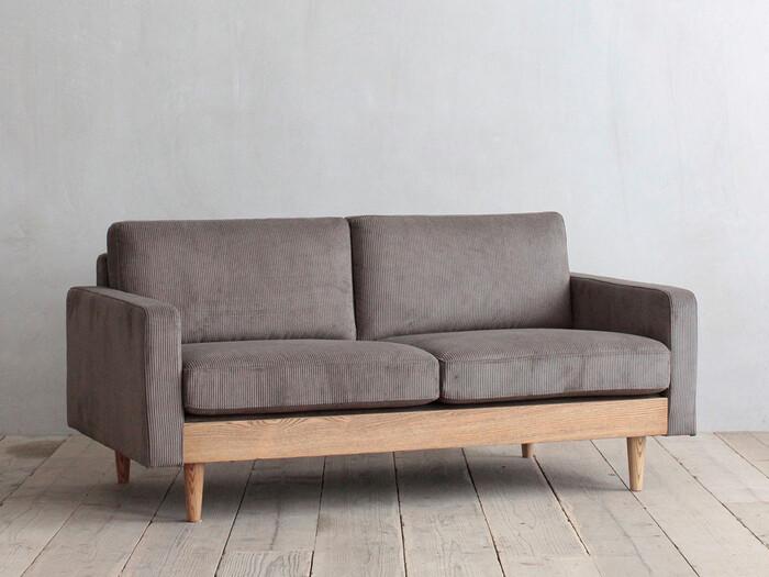 シンプルですが存在感が感じられるソファ。2シーターですがゆったりと座れます。直線的なデザインで、ナチュラルというよりはモダンな雰囲気なので洗練された大人の空間にも合いそうです。