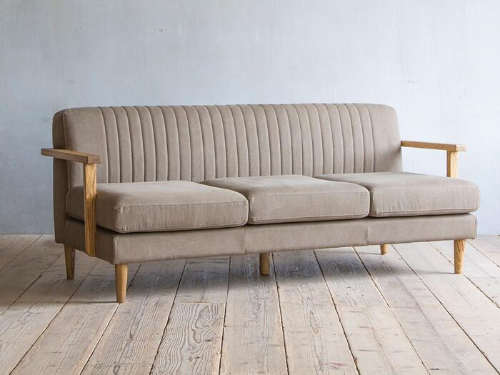 背もたれのリブが目を引くこちらもイージーライフのソファ。どこかレトロな雰囲気があるキャンバス生地とフレームのタモ無垢材が、まるで長年大切に使われてきたヴィンテージソファのよう!