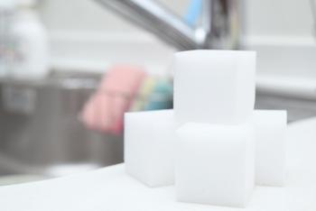 硬く細かい網目状の構造で、水だけで汚れを削り落とすメラミンスポンジも小掃除の大きな味方。100均などでも手軽に購入できますね。キッチンでは蛇口の水垢汚れやコンロの油汚れ、魚焼きグリル、冷蔵庫、トースターなどの掃除にも効果的。食器洗いや後片付けのついでに、洗剤も使わず、さっときれいにできます。