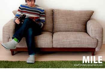 こちらは通常の2人掛けソファよりも少し大きめのサイズなので、男性が横になれるほどゆったりと座ることができます。ボリュームのあるクッションで体を包み込んでくれる安心感もありリラックスタイムがさらに快適になりそう!