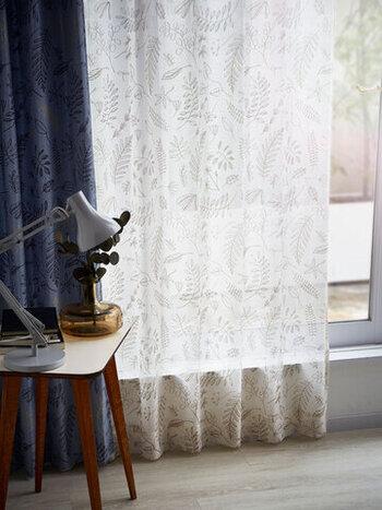 さりげない植物プリントがかわいい、北欧テイストのレースカーテン。ひだの感じがバランスよく、すっきりと絵柄を楽しめます。