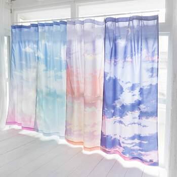 日差しの強弱によって透け感が変わる、空模様がプリントされた薄手のカーテン。お部屋の雰囲気をがらっと変えたいときにどうぞ。
