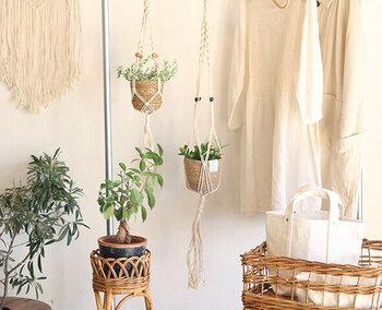 小ぶりなデザインで、ひとり暮らしのお部屋にも。ハンギングプラントが楽しめる、ロープとポットのセットです。マクラメでお部屋をナチュラルな雰囲気に。