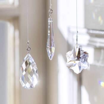カッティングが美しい、ボヘミアガラスのサンキャッチャー。差し込む日差しを部屋いっぱいの虹に変えてくれます。こちら、サンキャッチャー自体はシンプルな透明ガラスで、余計な装飾がついていないので、お部屋にすっと馴染んでくれるところもうれしい。