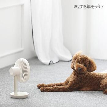 片手で持てるサイズながら、サーキュレーターのようにパワフル設計のミニ扇風機。充電式のコードレスなので、お好みの場所へ自由に持ち運べます。音も静かで倒れにくいのでペットにも安心。風を好むわんちゃんにぜひ使ってあげたいアイテムです。