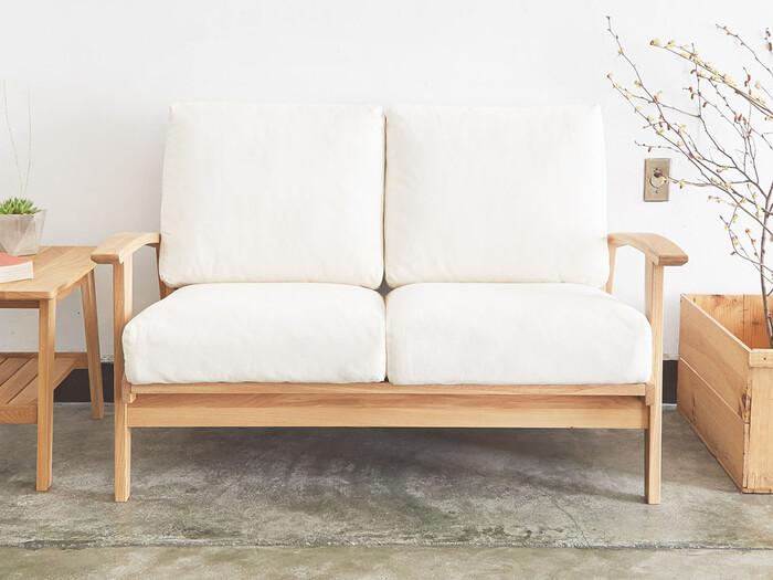 ナチュラルな北欧テイストのソファ。オーク無垢材のフレームは雰囲気があり、時間の経過とともに味わいが増していくもの。クッションはカバーリング仕様なのでドライクリーニングOK。毎日使うものなのでお手入れがしやすいのも嬉しいです。