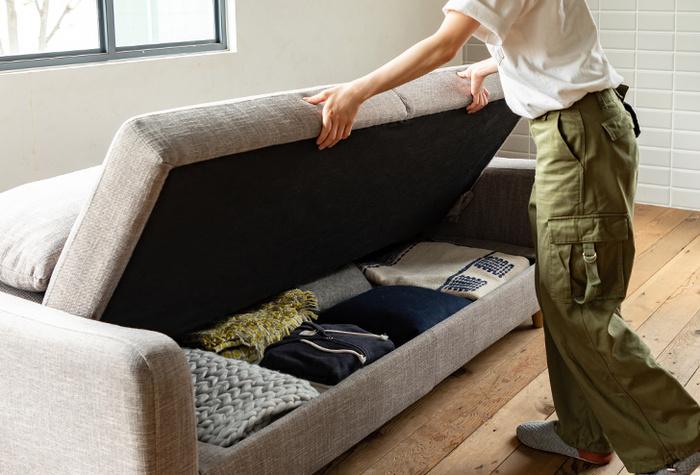そして、さらに嬉しいのは座面を上げると収納ができるようになっているということ。使わない衣類やラグなどたっぷりと収納することができます!