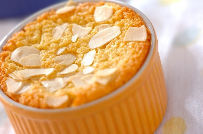 ココット型で見た目もかわいらしいチーズケーキです。チーズは粉チーズを使うので、扱いやすいでしょう。アーモンドは、アーモンドプードルとスライスアーモンドの2種類を使います。生地は材料を混ぜるだけなので簡単。アーモンドプードルの方は生地に混ぜこんで、アーモンドスライスは焼く前に上にトッピングします。