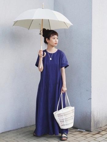 シンプルワンピースに美しいカットワークのレザーバッグを合わせて。この服にはコレ、と決まった小物の合わせ方ではなく、意外性や自分の好みを大切にする。おしゃれな人だからこその心の余裕を感じさせます。