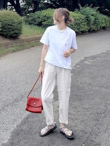 Tシャツとテーパードパンツで作る、軽やかカジュアルスタイル。落ち着いた赤のショルダーバッグを合わせて、華やかな差し色をプラス。