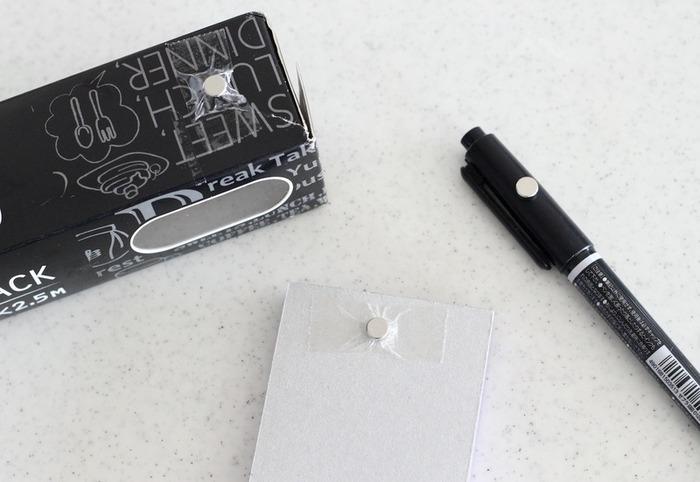 ラップやペン、メモなど、キッチンでサッと手に取りたいものに超強力マグネットを貼り付け。小さいマグネットなので、セロテープで簡単に固定できます。