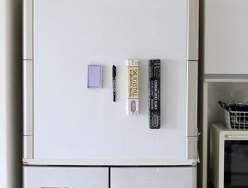 超強力マグネットをつけたら、冷蔵庫へペタッとするだけ。簡単に使い勝手のいい収納が完成します。冷蔵庫の他に、キッチンパネルやレンジフード、キッチンワゴンなどマグネットが使える場所はほかにもあるので、使いやすいところで試してみて♪