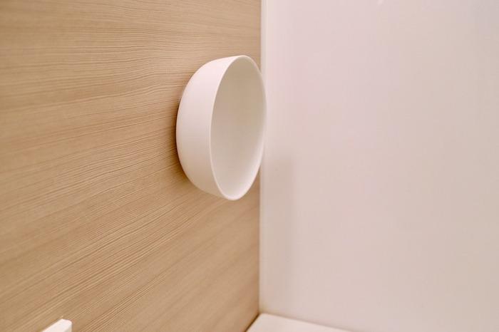 こちらはスポンジで有名なマーナのマグネット付き湯桶。浴室の壁にペタっと貼っておけるので水切れ抜群で、赤カビ防止にも役立ちます。桶を使わない時は壁に取りつけたままでいいので、邪魔にならないのも便利なポイントです。