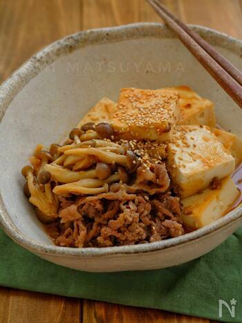 にんにくの効いたスタミナたっぷりの肉豆腐です。調味料はすべて大さじ1。とっても覚えやすいレシピです。しっかり味の染みた肉豆腐は、溶き卵ですき焼き風に食べてもおいしそう。ご飯がすすむこと間違いなしです。