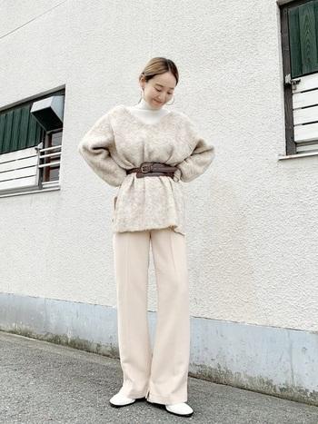 膨張色である白は、着るとなんだかのっぺりとして見えてしまいますよね。ベルトを使ってウエストマークすれば着こなしにメリハリが生まれ、すっきりと着ることができます。