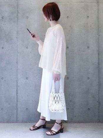 夏はパキッとしたトーンの白で透明感をUP!くっきりとしたまぶしい白が、清涼感のある爽やかなホワイトコーデを作ります。