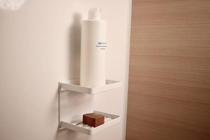 こちらもtowerの製品で、マグネット石鹸置きです。2段の棚になっているので浴室の収納棚として使うことができます。石鹸が直接置けるほか、水切れがいいので水垢がつきにくいのも便利なポイント。浴室に備え付けの棚より掃除のしやすさがアップします。