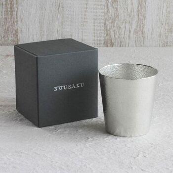 錫100%で作られた能作のタンブラーは、お酒をまろやかな味わいにしてくれます。焼酎やウイスキーにちょうどいいサイズ感で、高級感が漂う洗練された雰囲気が魅力。使う数分前に冷蔵庫で冷やしておくと、よく冷えたお酒を飲めますよ。焼酎のお湯割りにする場合は、60℃くらいのお湯にするのがおすすめです。