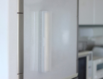こちらは無印良品のラップケースに専用のマグネットシートを使って冷蔵庫へ貼っている実例。専用シートなのでケースの大きさとぴったりで、見た目もすっきりするのが魅力ですね。