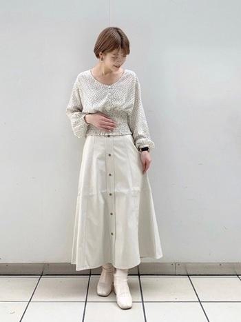 ウエストにシャーリングがデザインされたブラウスなら白コーデにメリハリが。さり気ないドット柄は単調になりがちな白がおしゃれな雰囲気に♪足元から覗くショートブーツが大人の装いを演出します。