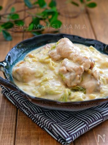 鶏手羽元とキャベツのうま味が凝縮!市販のルーを使わなくても、生クリームを加えることでコクのある美味しさに。濃厚な味わいを堪能できます。コラーゲンたっぷりの手羽元を食べると、美肌効果が期待できますよ。