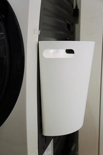マグネットシート付きのゴミ箱を洗濯機の横へぴたっ。床から浮かせることで掃除がグンとしやすくなりますね。ゴミ箱としてだけでなく、ハンガーや洗濯ネットの収納にするのもおすすめです。