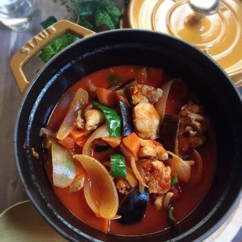 野菜がたっぷり摂れるチキンのトマト煮です。材料を入れて、あとは火にかけるだけ。野菜とトマト缶の水分だけでじっくりと煮込むので、うま味を逃さず味わえます。バケットを添えてもおいしそうですね。