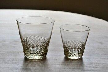 あられ紋が繊細なグラスは、うっすらとした琥珀色がどこかレトロな雰囲気です。ガラスは上は薄め、下にいくにつれて厚くなっていて、これによって口当たりのよさを実現。職人さんの丁寧な手仕事を感じられる、焼酎をはじめ、梅酒や果実酒のロックに似合うグラスです。