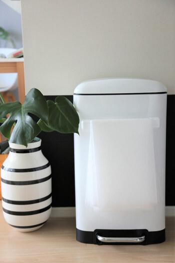 100均のマグネット式タオルバーをスチール製のゴミ箱へ取り付けてゴミ袋の引っかけ収納に。ゴミをまとめた時に、その場ですぐにゴミ袋をセットできるのがメリットです。サッと袋を取り出せるのも◎
