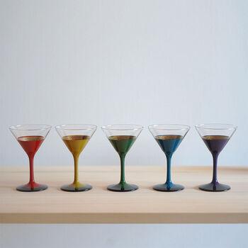 5つのカラーが目を引く漆塗りのカクテルグラスです。内側は金色になったエレガントな仕様で、上の部分が薄くなっているため口当たりも◎スタイリッシュでモダンなカクテルグラスは、不思議と和洋どちらの食卓にもマッチします。