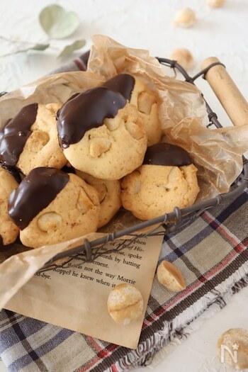 マカダミアナッツチョコが好きな方には特におすすめ。抜群のコンビをクッキーで味わってみましょう。マカダミアナッツは2~4分割にしてから生地に混ぜこむので、大きめのごろごろ感が楽しめます。少し残しておいてトッピングに埋め込んでから焼くとさらに良いのだそう。チョコレートでコーティングすればとってもおしゃれな仕上がりに♪