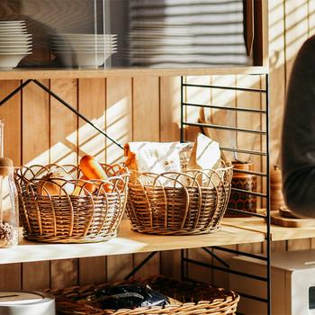 程よい高さのあるラウンドバスケットは、食品のストックなどをまとめるのにぴったりです。入れるだけでおしゃれな雰囲気になるのが◎縦と横に重なったラタンの編み目が美しい!