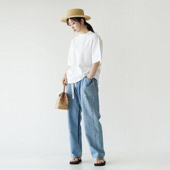シンプルなビッグシルエットの白Tシャツに、レッグラインをカバーするゆったりシルエットのデニムを合わせれば、今年っぽい夏コーデが完成。涼しげなストローハットやサンダルをプラスした休日コーデでお出かけしましょ!