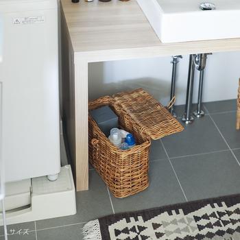 通気性が良く湿気を吸収するラタンのバスケットは、洗面所の収納にもおすすめ。鮮やかな色合いの洗剤ボトルも、バスケットに入れれば目立ちません。