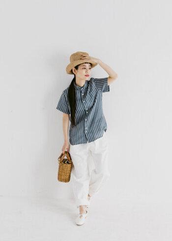 ラウンドカラーが特徴的なストライプの半袖シャツには、白のパンツと靴を合わせて爽やかに。帽子とバッグは天然素材で統一して夏らしさを演出。赤の口紅で女性っぽい艶感をプラスしても◎