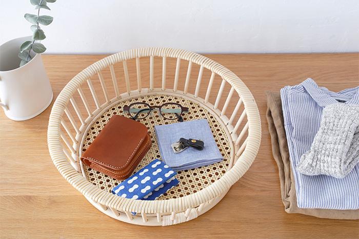 モダンなデザインで、洋室にも和室にも馴染むかごです。形、サイズ共に3種類あるので、用途に合わせて選べますね。写真の「ラウンド100」は、バッグの中の必需品をまとめて入れるのにちょうど良い!