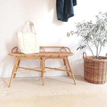 脚がすらっと伸びた、スタイリッシュなベンチです。玄関ではちょっとした荷物置きに便利。お庭に置けば、くつろぎスペースに♪屋内外問わず使えるのが嬉しいポイントです。