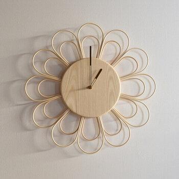 花びらがラタン、真ん中の部分がトネリコでできた時計です。ラタンの繊細な加工は、職人の高い技術を感じさせますね。光が当たって生まれる影まで美しく、美術品のよう!