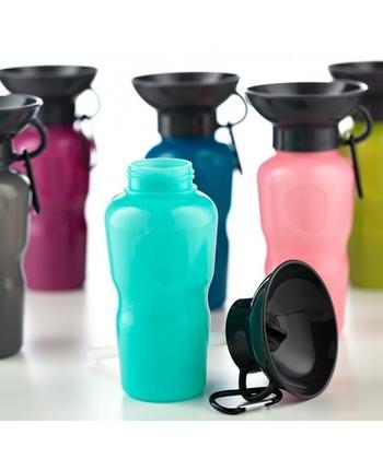ボトルを握ることで蓋部分に水が溜まり、コップのように飲めるようになる給水ボトル。軽くて持ち運びしやすく、片手で操作できるので、お散歩中のリードを持つ手にも使いやすい工夫がされています。食洗機もOKで便利。