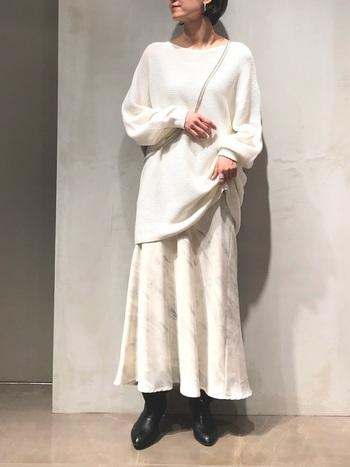 白だけの着こなしを少し苦手と感じる人におすすめなのが、こんな淡いマーブル模様のロングスカート。白のニットとさらりと合わせてもおしゃれに決まり、上品さはそのままにトレンド感も取り入れられますよ。