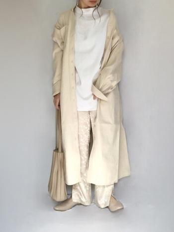 シャツワンピースをロングカーディガン風に羽織ったスタイルも素敵。光沢のサテン素材のパンツをチョイスすることで、同系色ながらメリハリあるコーディネートに仕上げています。